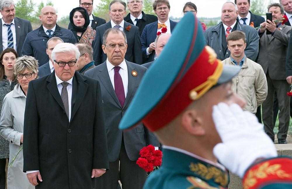 Министр иностранных дел Германии Франк-Вальтер Штайнмайер и Сергей Лавров посещают мемориальный комплекс на Мамаевом кургане в Волгограде. 7 мая 2015 года. (Фото 1)